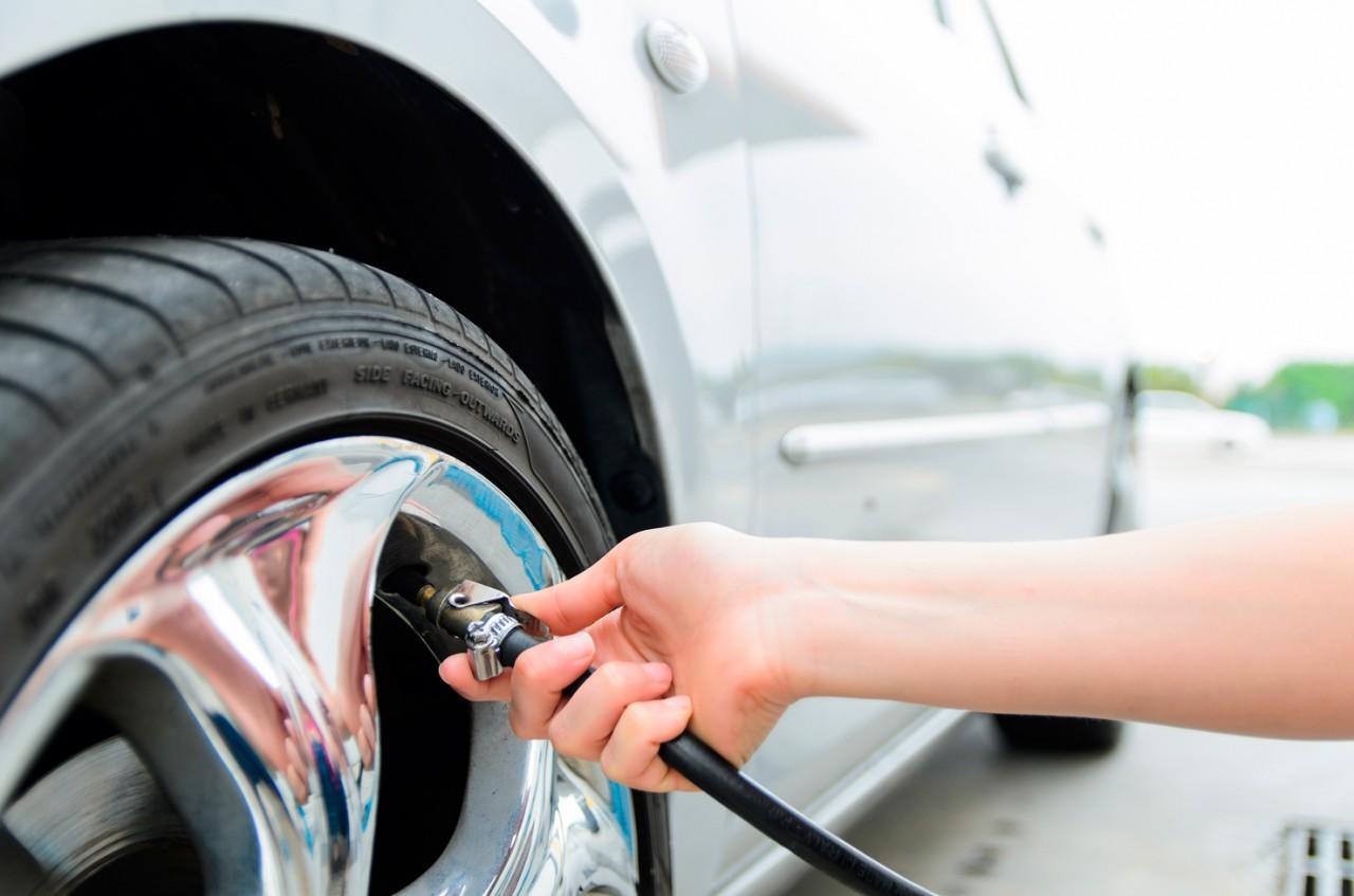 homem calibrando os pneus