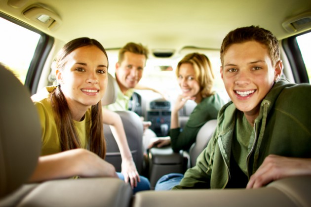 família no carro indo viajar