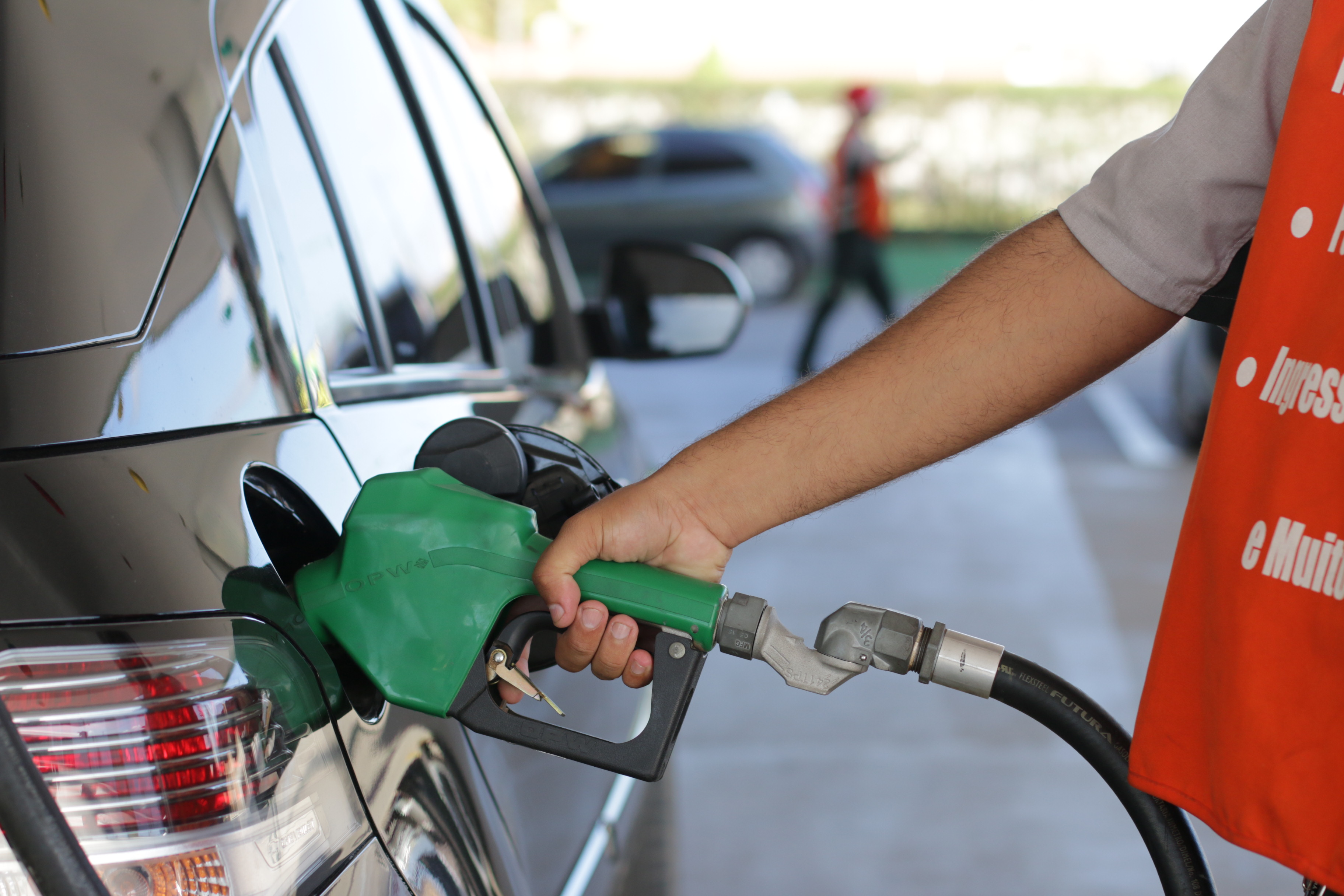 MARACANAÚ, CE, BRASIL, 26-11-2015: Detalhe de frentista que abastece carro em posto BR em Maracanaú. Aumento no preço dos combustíveis. (Foto: Rodrigo Carvalho/O POVO)