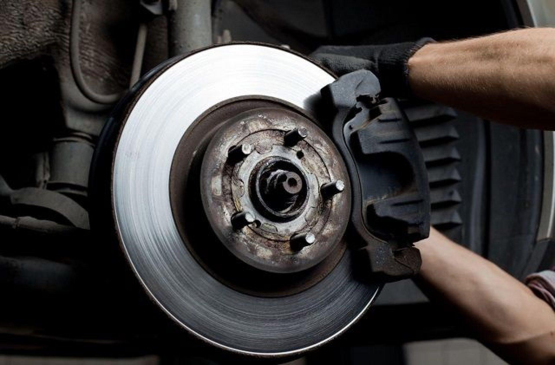 Pastilha de freio aplicada no disco. Via: Google imagens.