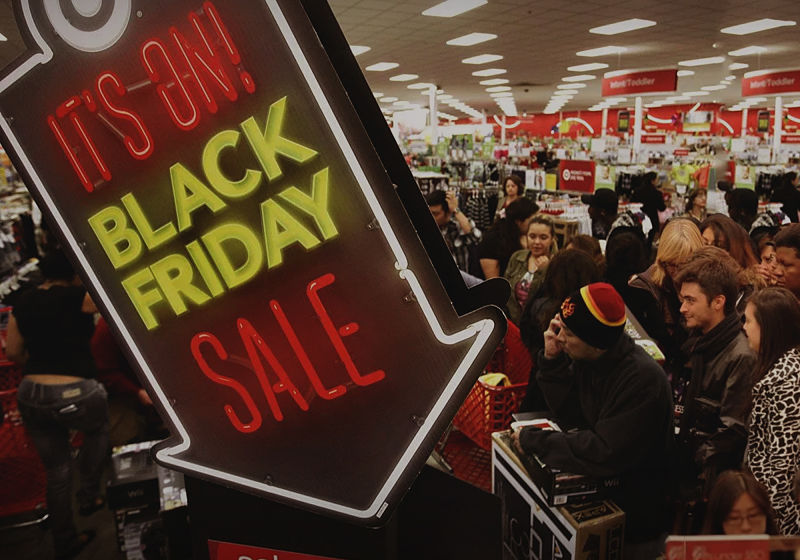 loja dos estados unidos com muitas pessoas em dia de black friday