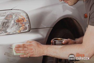 Pessoa recuperando para-choque de carro