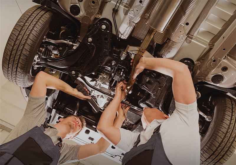 mecanicos realizando manutencao