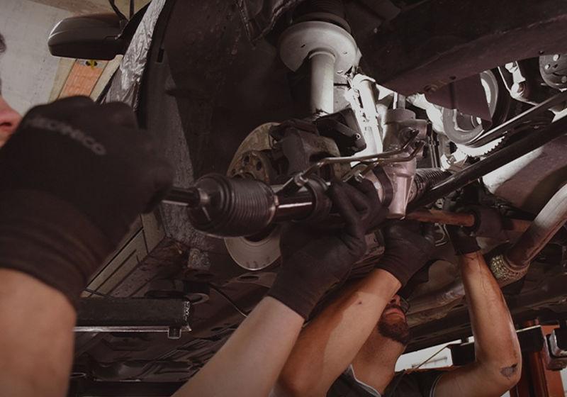 mecanicos-corrigindo-a-caixa-de-direação-do-veículo