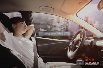 mulher sentada em carro autonomo